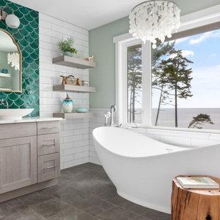 Стильный дизайн: ванная комната в морском стиле с фасадами в стиле шейкер, серыми фасадами, отдельно стоящей ванной, белой плиткой, серыми стенами, настольной раковиной, серым полом и белой столешницей - последний тренд