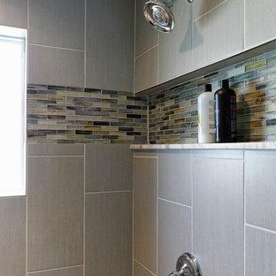Modelo de cuarto de baño con ducha, retro, pequeño, con armarios estilo shaker, puertas de armario negras, ducha empotrada, sanitario de una pieza, baldosas y/o azulejos beige, baldosas y/o azulejos grises, azulejos en listel, paredes azules, suelo de baldosas de porcelana, lavabo bajoencimera y encimera de mármol