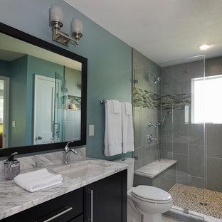 Bild på ett litet retro badrum med dusch, med ett undermonterad handfat, marmorbänkskiva, grå kakel, beige kakel, blå väggar, en dusch i en alkov, skåp i shakerstil, svarta skåp, en toalettstol med hel cisternkåpa, stickkakel och klinkergolv i porslin