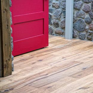 Modelo de cuarto de baño rústico con suelo de madera en tonos medios