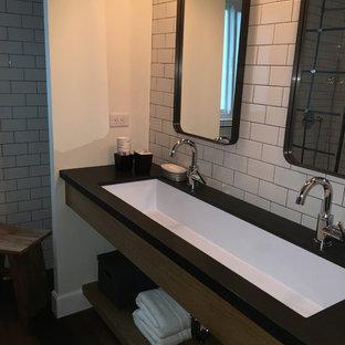 Foto di una stanza da bagno padronale industriale di medie dimensioni con nessun'anta, doccia aperta, piastrelle bianche, piastrelle diamantate, pareti bianche, lavabo rettangolare e top in superficie solida
