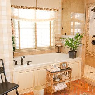 Immagine di una stanza da bagno padronale country con ante con bugna sagomata, ante bianche, vasca da incasso, doccia aperta, piastrelle bianche, piastrelle in ceramica e pavimento in mattoni
