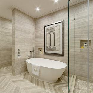 Стильный дизайн: большая главная ванная комната в современном стиле с врезной раковиной, плоскими фасадами, светлыми деревянными фасадами, столешницей из известняка, отдельно стоящей ванной, угловым душем, унитазом-моноблоком, коричневой плиткой, каменной плиткой, коричневыми стенами и полом из известняка - последний тренд