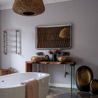 Свежая идея для дизайна: большая главная ванная комната в стиле фьюжн с отдельно стоящей ванной, инсталляцией, фиолетовыми стенами, мраморным полом, врезной раковиной, столешницей из дерева, зеленым полом, коричневой столешницей, тумбой под две раковины и напольной тумбой - отличное фото интерьера