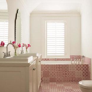 Ispirazione per una stanza da bagno per bambini di medie dimensioni con lavabo da incasso, ante in stile shaker, ante bianche, top in quarzo composito, vasca da incasso, doccia a filo pavimento, WC monopezzo, piastrelle rosa, piastrelle in ceramica, pareti bianche e pavimento con piastrelle in ceramica