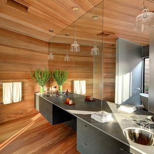 Foto di una stanza da bagno padronale moderna con lavabo sottopiano, ante lisce, ante grigie, pareti marroni, pavimento in legno massello medio e top grigio