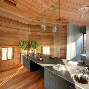 Idéer för ett modernt grå en-suite badrum, med ett undermonterad handfat, släta luckor, grå skåp, bruna väggar och mellanmörkt trägolv