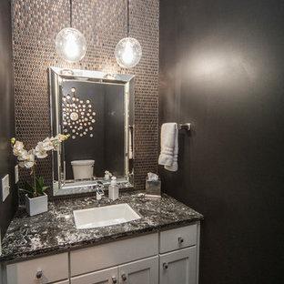 Imagen de cuarto de baño con ducha, clásico renovado, de tamaño medio, con armarios estilo shaker, puertas de armario blancas, baldosas y/o azulejos grises, baldosas y/o azulejos de metal, paredes negras, suelo de madera pintada, lavabo bajoencimera y encimera de granito