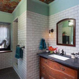 リッチモンドの中くらいのエクレクティックスタイルのおしゃれなマスターバスルーム (家具調キャビネット、中間色木目調キャビネット、アルコーブ型シャワー、白いタイル、サブウェイタイル、緑の壁、スレートの床、アンダーカウンター洗面器、ソープストーンの洗面台、グレーの床、オープンシャワー) の写真