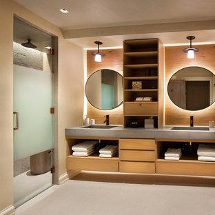 Пример оригинального дизайна интерьера: ванная комната в стиле рустика с плоскими фасадами, фасадами цвета дерева среднего тона, душем в нише, бежевыми стенами, монолитной раковиной, столешницей из бетона и душем с распашными дверями