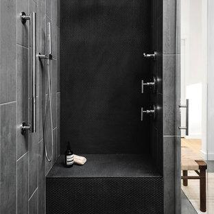 Неиссякаемый источник вдохновения для домашнего уюта: ванная комната в современном стиле с черной плиткой, плиткой мозаикой и душем с распашными дверями