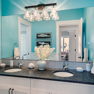 Diseño de cuarto de baño infantil, clásico, de tamaño medio, con armarios estilo shaker, puertas de armario blancas, bañera empotrada, baldosas y/o azulejos blancos, baldosas y/o azulejos de cemento, paredes azules, suelo de baldosas de porcelana, lavabo bajoencimera y encimera de granito