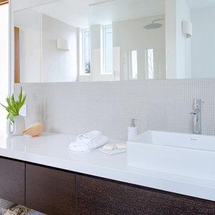 Idee per una piccola stanza da bagno con doccia nordica con lavabo a bacinella, ante lisce, ante in legno bruno, top in quarzo composito, doccia aperta, WC monopezzo, piastrelle bianche, piastrelle di vetro, pareti bianche e pavimento con piastrelle in ceramica