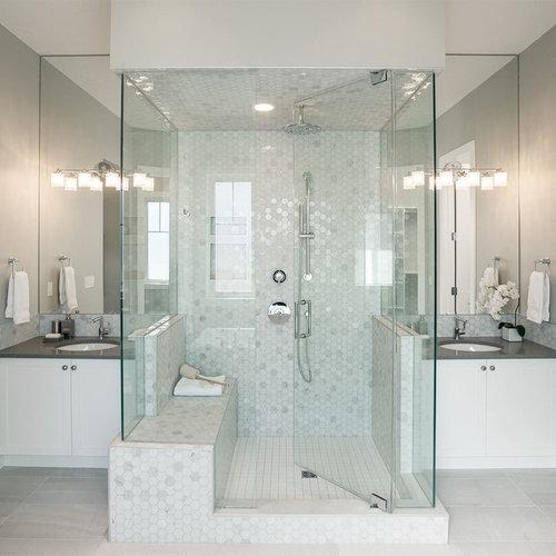 Salle de bain avec une baignoire d 39 angle et carrelage en for Poser une cabine de douche d angle