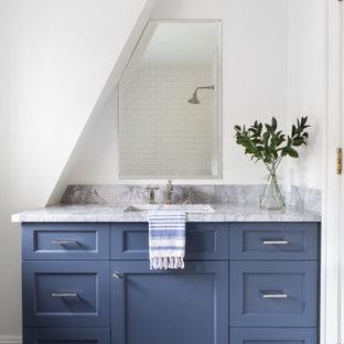 Inspiration för ett mycket stort vintage grå grått badrum med dusch, med blått golv, marmorgolv, skåp i shakerstil, blå skåp, vit kakel, tunnelbanekakel, vita väggar och ett undermonterad handfat