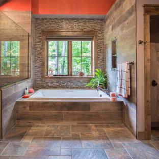 Idee per una grande stanza da bagno padronale rustica con vasca da incasso, doccia ad angolo, piastrelle multicolore, piastrelle a listelli, pareti rosse, pavimento in gres porcellanato, pavimento multicolore e porta doccia a battente