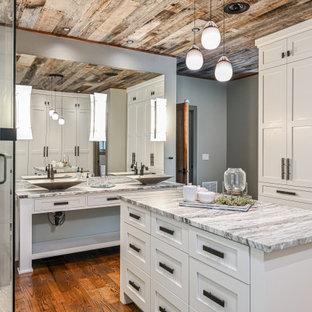 Idee per una grande stanza da bagno padronale stile rurale con ante bianche, pareti grigie, ante con riquadro incassato, piastrelle bianche, pavimento in legno massello medio, lavabo a bacinella, porta doccia a battente e top multicolore