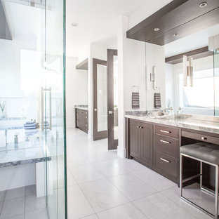 Idéer för stora funkis en-suite badrum, med släta luckor, skåp i mörkt trä, grå kakel, spegel istället för kakel, vita väggar, klinkergolv i porslin, ett fristående handfat och marmorbänkskiva