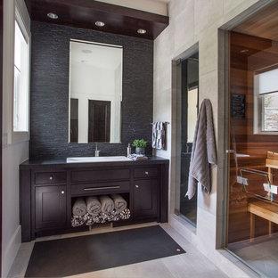 Ispirazione per una stanza da bagno minimal con ante in stile shaker, ante in legno bruno, piastrelle beige, piastrelle nere, pareti beige e lavabo da incasso