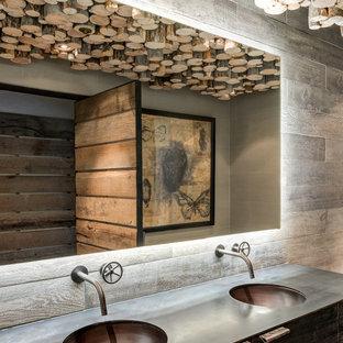 Ejemplo de cuarto de baño rural con armarios con paneles lisos, puertas de armario de madera en tonos medios y lavabo integrado