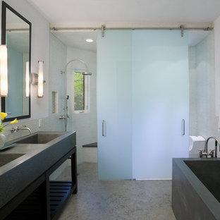 На фото: ванная комната в современном стиле с столешницей из бетона, открытыми фасадами и бетонным полом с