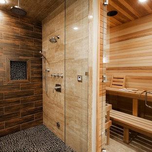 Idee per una grande sauna classica con ante con bugna sagomata, ante in legno bruno, doccia alcova, WC monopezzo, piastrelle marroni, piastrelle in gres porcellanato, pareti bianche, parquet chiaro, lavabo sottopiano, top in granito, pavimento marrone e porta doccia a battente