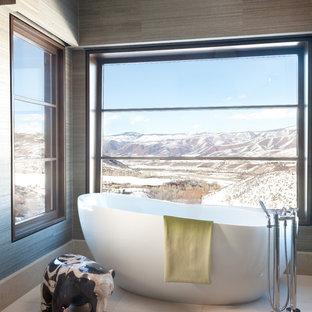 Ejemplo de cuarto de baño principal, rústico, extra grande, con lavabo sobreencimera, bañera exenta y baldosas y/o azulejos de piedra