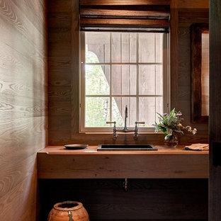 Foto de cuarto de baño con ducha, rural, de tamaño medio, con lavabo encastrado, encimera de madera, suelo de madera oscura y encimeras marrones