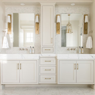 Modelo de cuarto de baño principal, tradicional, de tamaño medio, con armarios con paneles empotrados, puertas de armario beige, baldosas y/o azulejos blancos, paredes blancas, suelo blanco, encimeras blancas, baldosas y/o azulejos de mármol, suelo de mármol, lavabo integrado y encimera de mármol