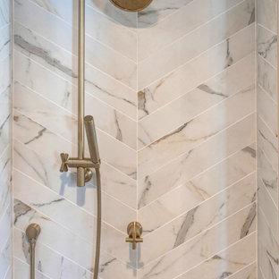 Exempel på ett stort modernt vit vitt en-suite badrum, med släta luckor, bruna skåp, ett fristående badkar, en hörndusch, keramikplattor, vita väggar, klinkergolv i keramik, bänkskiva i kvarts och dusch med gångjärnsdörr