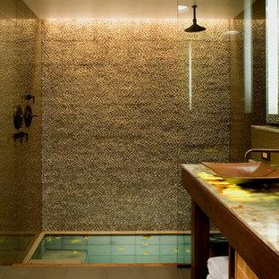 Imagen de cuarto de baño rural con baldosas y/o azulejos de vidrio, encimera de ónix, lavabo sobreencimera, combinación de ducha y bañera y paredes beige