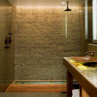 Modelo de cuarto de baño asiático con encimera de ónix, suelo de baldosas tipo guijarro, lavabo sobreencimera, ducha abierta, baldosas y/o azulejos beige, paredes beige y ducha abierta