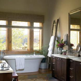 Ejemplo de cuarto de baño rústico con bañera exenta