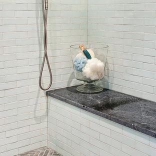 Modelo de cuarto de baño principal, rural, grande, con armarios estilo shaker, puertas de armario grises, ducha empotrada, baldosas y/o azulejos azules, baldosas y/o azulejos de vidrio, suelo de pizarra, lavabo bajoencimera y encimera de esteatita