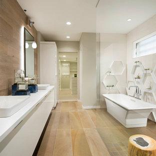 フェニックスの大きいコンテンポラリースタイルのおしゃれなマスターバスルーム (フラットパネル扉のキャビネット、ベッセル式洗面器、珪岩の洗面台、ベージュの床、ベージュのキャビネット、置き型浴槽、ベージュの壁、オープンシャワー、洗い場付きシャワー、白いタイル、モザイクタイル、ラミネートの床、白い洗面カウンター) の写真
