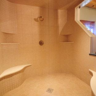 Modelo de cuarto de baño rústico con encimera de vidrio, ducha doble, baldosas y/o azulejos beige y baldosas y/o azulejos de porcelana