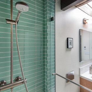 Idee per una grande stanza da bagno padronale moderna con ante lisce, ante in legno chiaro, doccia alcova, WC sospeso, piastrelle verdi, piastrelle a mosaico, pareti beige, pavimento in travertino, lavabo sottopiano, top in marmo, pavimento beige e doccia aperta