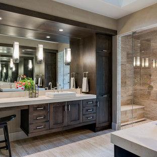 Modelo de cuarto de baño principal, rural, con armarios estilo shaker, puertas de armario de madera en tonos medios, ducha empotrada, baldosas y/o azulejos beige, paredes grises, lavabo sobreencimera, suelo beige, ducha con puerta con bisagras y encimeras beige