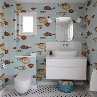 Mittelgroßes Maritimes Kinderbad mit flächenbündigen Schrankfronten, weißen Schränken, Quarzit-Waschtisch, bunten Wänden, Keramikboden, Aufsatzwaschbecken, Toilette mit Aufsatzspülkasten, weißen Fliesen und Metrofliesen in London