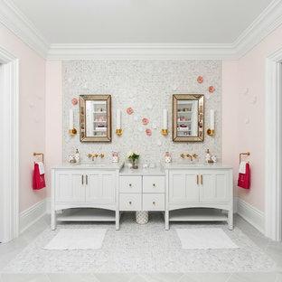 Стильный дизайн: детская ванная комната в стиле современная классика с фасадами в стиле шейкер, белыми фасадами, розовыми стенами, врезной раковиной и серым полом - последний тренд