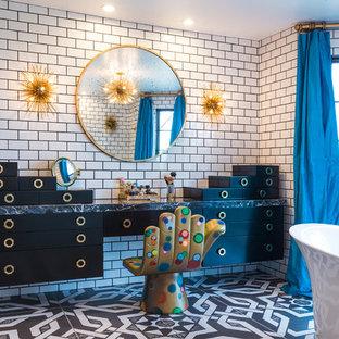 Ispirazione per una stanza da bagno padronale bohémian con ante lisce, ante nere e vasca freestanding