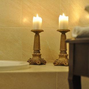 Idee per una piccola stanza da bagno padronale design con nessun'anta, ante in legno bruno, vasca da incasso, WC sospeso, piastrelle beige, piastrelle in travertino, pareti beige, pavimento in travertino, lavabo a bacinella, top in legno e pavimento beige
