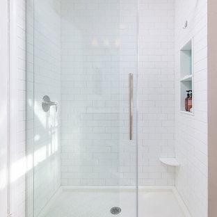Esempio di una piccola stanza da bagno con doccia contemporanea con doccia alcova, piastrelle bianche, piastrelle diamantate, pareti rosa, pavimento in cementine, pavimento multicolore e porta doccia scorrevole