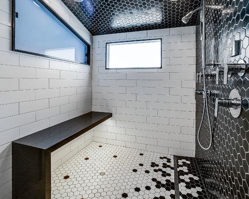 Großes Modernes Badezimmer En Suite Mit Flächenbündigen Schrankfronten,  Weißen Schränken, Schwarz Weißen Fliesen