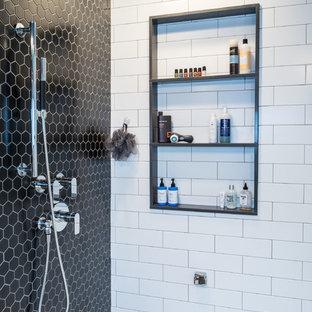Großes Modernes Badezimmer En Suite mit flächenbündigen Schrankfronten, weißen Schränken, Eckbadewanne, Doppeldusche, schwarz-weißen Fliesen, Porzellanfliesen, bunten Wänden, Porzellan-Bodenfliesen, Unterbauwaschbecken und Quarzwerkstein-Waschtisch in Seattle
