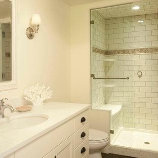 Foto di una stanza da bagno con doccia minimalista di medie dimensioni con lavabo sottopiano, ante bianche e piastrelle bianche
