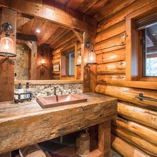 На фото: ванная комната в стиле рустика с душем в нише, настольной раковиной и столешницей из дерева с