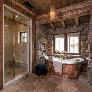 Immagine di una stanza da bagno padronale rustica con vasca freestanding, doccia alcova, pavimento beige e porta doccia a battente
