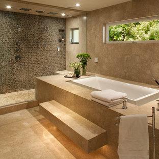 Пример оригинального дизайна: главная ванная комната в стиле современная классика с накладной ванной, двойным душем, плиткой из травертина, коричневыми стенами, полом из травертина, бежевым полом и душем с распашными дверями
