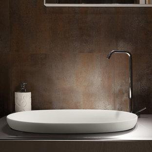 Foto di una stanza da bagno padronale industriale di medie dimensioni con ante lisce, ante in legno chiaro, piastrelle marroni, piastrelle in metallo, pareti marroni, pavimento in gres porcellanato, lavabo a bacinella, top in vetro e pavimento beige